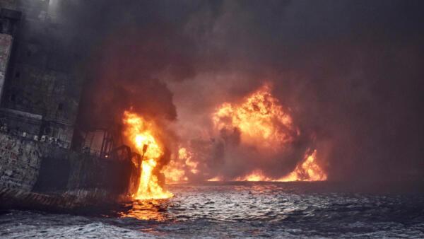 Petroleiro iraniano em chamas há uma semana no mar da China (13/01/18).