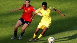 L'Espagnole Mariona Caldentey et la Sud-Africaine Lebohang Ramalepe à la lutte, le 8 juin 2019.