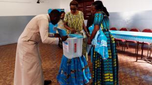 Mesas de voto para as eleições presidenciais nos Camarões.