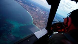 Mission de recherche des débris du vol MH370 sur la côte de Perth, en Australie, le 24 mars 2014.