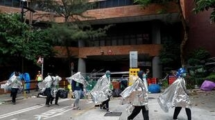 Một số sinh viên rời khỏi khuôn viên đại học để đầu hàng cảnh sát Hồng Kông ngày 19/11/2019.