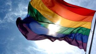 A discriminação contra lésbicas, gays, bissexuais, travestis e transsexuais acontece com maior frequência nos locais de trabalho, escolas e estabelecimentos de saúde.