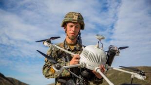 Một lính Mỹ đang giới thiệu máy bay do thám không người lái (Unmanned Aircraft Systems - UAS) trong cuộc luyện tập ANTX18, tại Camp Pendleton, California, Hoa Kỳ, ngày 20/03/2018.