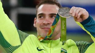Arthur Zanetti exibe a medalha de prata conquistada nesta segunda-feira, nos Jogos do Rio.