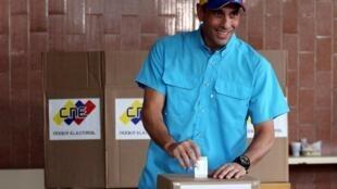 委內瑞拉反對派領導人Henrique Capriles在投票