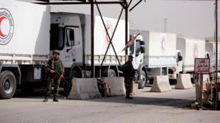 Российские солдаты осматривают грузовики с гуманитарной помощью на КПП близ Дамаска, 5 марта 2018.