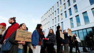 Des militants devant le tribunal de Lausanne avant le procès des douze activistes climatiques, jugés pour avoir occuper des locaux du Crédit suisse en 2018 à Renens, en Suisse, le 7 janvier 2020.