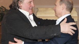 Tổng thống Nga Vladimir Putin (P) đón tiếp tài tử Pháp Gérard Depardieu, tại Sochi, 05/01/2013