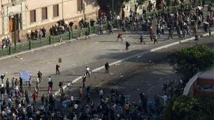 Pro-Mubarak demonstrators clash with anti-government protesters in Tahrir Square