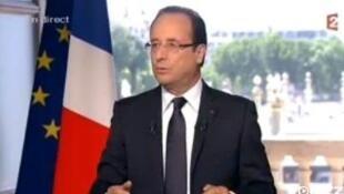 François Hollande em entrevista a televisões francesas neste sábado (14). O chefe de Estado marcou sua oposição ao plano de demissões da Peugeot.