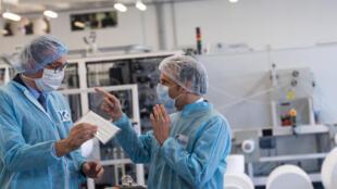 法国总统马克龙走访一口罩工厂资料图片