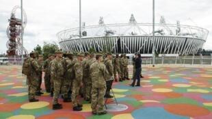 Militares britânicos se reúnem do lado de fora do complexo olímpico, em Londres.