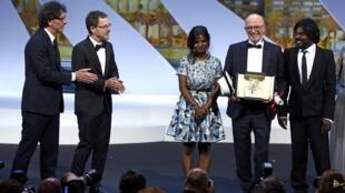 Jacques Audiard, junto a sus actores, recibió la Palma de Oro de mano de los hermanos Coen.