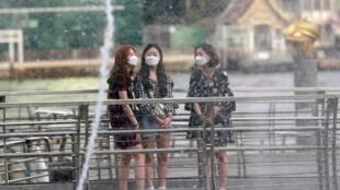 Des touristes portent des masques alors qu'ils visitent un centre commercial à Bangkok, en Thaïlande, le 30 janvier 2020.