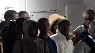 Os sobreviventes do naufrágio do dia 19 de abril chegaram na noite de ontem a Catânia.
