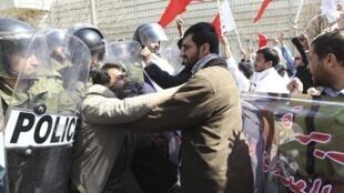 Manifestation devant l'ambassade d'Arabie Saoudite à Téhéran, le 17 mars 2011.