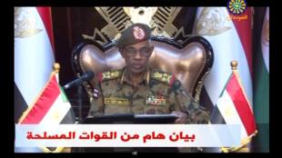 Le vice-président et ministre de la Défense Awad Ibn Auf annonce à la télévision soudanaise la destitution du président Omar el-Béchir, le 11 avril 2019.