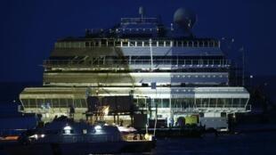O Costa Concordia está de novo na vertical à margem da ilha de Giglio, na Itália.