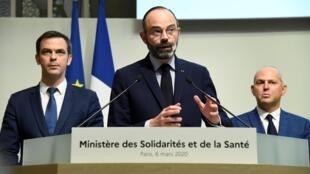 (Ảnh minh họa) - Thủ tướng Pháp Edouard Philippe (giữa) thông báo các biện pháp tăng cường kiểm soát dịch virus corona, ngày 06/03/2020 tại Paris.