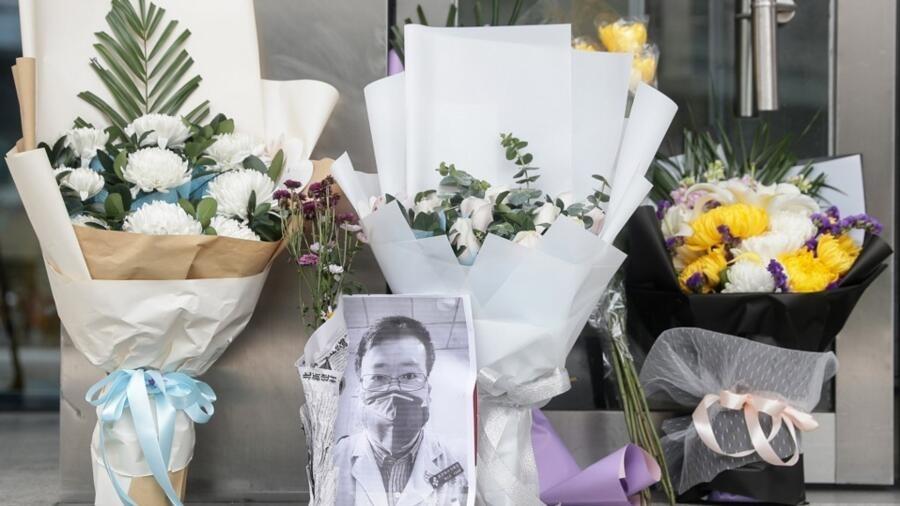 武汉中心医院里悼念李文亮医生的花束 2020.2.7