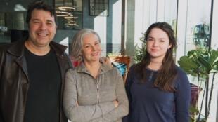 Ricardo Esteves, Lucilia Wuillaume e Anna Clara Esteves moram no maior coliving do mundo, em Londres.