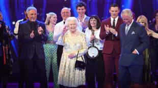 Nữ hoàng Anh, Elizabeth II cùng các nghệ sĩ trên sân khấu nhà hát Royal Albert Hall, Luân Đôn, trong đêm ca nhạc mừng thọ 92 tuổi. Ảnh ngày 21/04/2018.