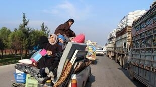 Des habitants de Maarat al-Noumane fuyant sur un pick-up avec leurs biens, le 22 décembre 2019.