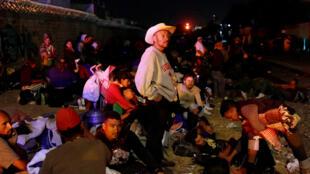 Un grupo de migrantes de América Central espera un tren de mercancía. Iripuato, Guanajuato, México, 16 de abril de 2018.