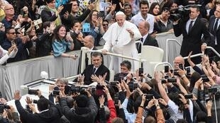 Pope Francis waves to worshipers Easter Sunday, 21 April 2019