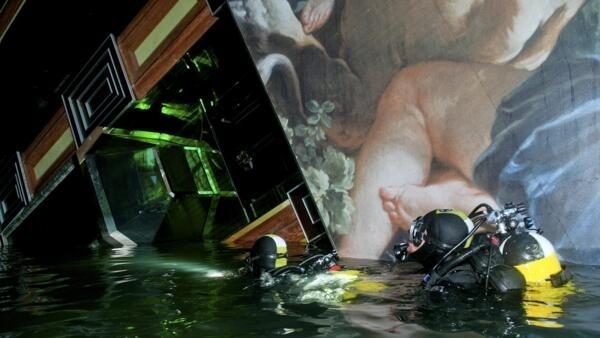 Mergulhadores vasculham o interior do navio Costa Concordia, nesta segunda-feira. Mais dois corpos foram encontrados.