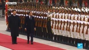 法国总统马克龙检阅三军仪仗队