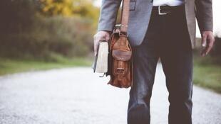 Enseignant en route vers l'école.
