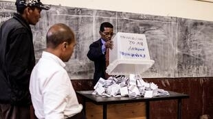 Election officials start vote counting in Antananarivo, 19 December 2018.