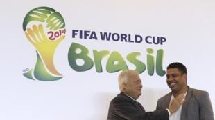 """Ricardo Teixeira,(à esq.) ao lado de Ronaldo durante anúncio da entrada do """"Fenômeno"""" no Comitê Organizador da Copa de 2014."""
