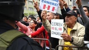 秘鲁总统比斯卡拉的支持者示威要求解散国会    2019年9月30日利马