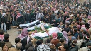 População de Marat al-Numan marca presença em funeral de mais três civis sírios mortos durante protestos contra o regime de Bashar al-Assad.