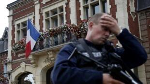 Polícia francês perante a Câmara municipal de Saint-Etienne-du-Rouvray, 26 de Julho de 2016.