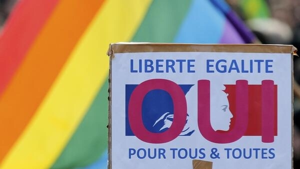 """""""Liberdade e igualdade para todos e todas"""", diz cartaz em manifestação pelo casamento para todos, em Paris, janeiro de 2013."""