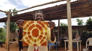 Le batik est une technique de teinture du tissu qui consiste à imprimer des motifs sur des étoffes.