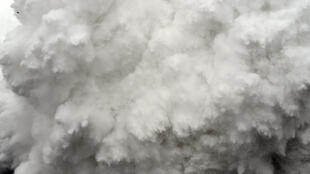 Un épais nuage composé de neige et de débris jaillit du camp de base sur l'Everest, suite à l'avalanche provoquée par le tremblement de terre qui s'est produit le 25 avril 2015.