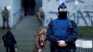 Бельгийский полицейский у здания суда, где начался процесс над Салахом Абдесламом, участником парижских терактов в ноябре 2015 года.