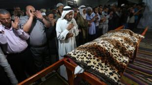Enterro de mulher morta por bombardeios na quinta-feira foi marcado pela emoção em Gaza.