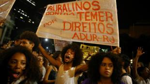 Brasileños manifiestan contra el gobierno del presidente Michel Temer en Río de Janeiro, 18 de mayo de 2017.