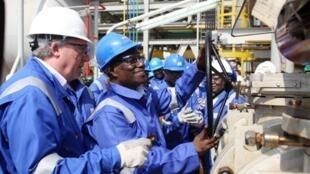 Le président du Ghana, John Atta-Mills (2e d) inaugure la première exploitation de pétrole du pays, à Takoradi, le 15 décembre 2010.
