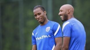Anelka (d) brinca com companheiro de clube Didier Drogba durante treinamento