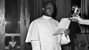 Discours de Fulbert Youlou à Brazzaville le 24 novembre 1959. Il a conduit le Congo à l'indépendance en août 1960 et en sera le président jusqu'en 1963.