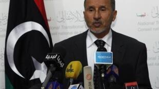 O líder do Conselho de Transição Nacional líbio, Mustafa Abdel Jalil, durante coletiva de imprensa em Trípoli, nesta terça-feira.