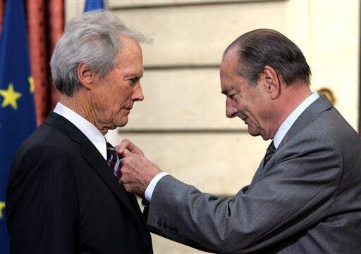 2007: президент Франции Жак Ширак вручает Иствуду знак кавалера Ордена почетного легиона