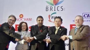 Os ministros do Desenvolvimento, Indústria e Comércio dos BRICS, da esquerda para a direita, Fernando Pimentel (Brasil), Elvira Nabiullina (Rússia), Anand Sharma (Índia), Chen Deming (China) e Rob Davies (África do Sul).