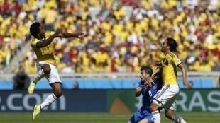 Carlos Sanchez (g) devant Panagiotis Kone et Abel Aguilar. La Colombie a déployé ses ailes dès le premier match.